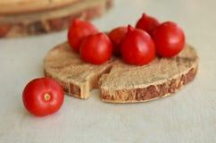 Tomates en una superficie de madera Imagenes de archivo