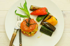 Tomates enchidos com arroz e os vegetais roasted Fotografia de Stock Royalty Free