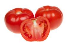 Tomates, entières frais et une moitié d'isolement sur le blanc Images stock