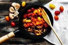 Tomates et champignons frais cuits Photos stock