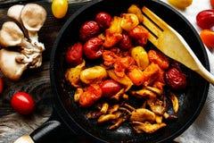 Tomates et champignons frais cuits Photos libres de droits