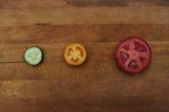 Tomates et concombre coupés en tranches Image libre de droits