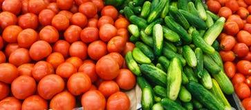 Tomates et concombres frais photos stock
