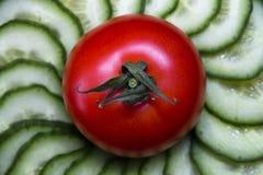 Tomates et concombres frais de légumes de salade photos stock