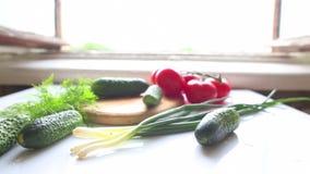Tomates et concombres sur la table dans la cuisine clips vidéos