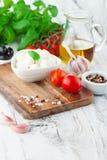 Tomates et mozzarella avec des feuilles de basilic Photos libres de droits