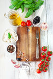 Tomates et mozzarella avec des feuilles de basilic Images stock