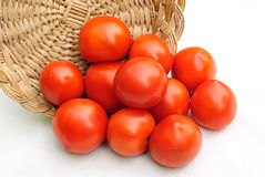Tomates et panier Photographie stock