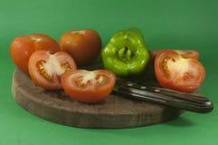 Tomates et paprikas avec des couteaux Photo libre de droits