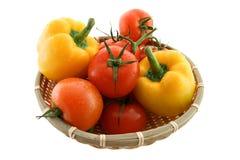 Tomates et poivre dans le backet Photos libres de droits