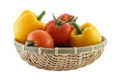 Tomates et poivre frais dans le panier Images stock