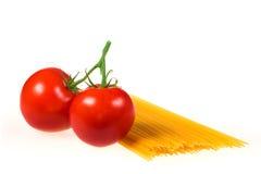Tomates et spaghetti frais Photo stock