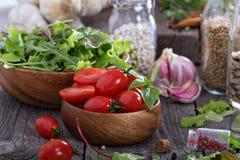Tomates, feuilles de salade, haricots et riz Photo stock
