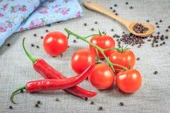 Tomates fraîches avec le poivre photos stock
