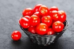 Tomates Tomates fraîches dans le panier sur la table Image stock