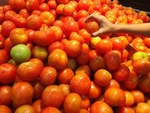 Tomates fraîches dans le supermarché Photo stock