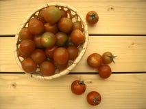 Tomates fraîches de cherri dans un panier en osier Photo stock