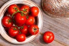 Tomates fraîches de ferme dans un plat de cuivre images stock
