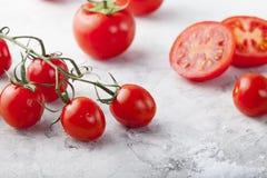 Tomates fraîches de raisin, sel de mer avec une tomate divisée en deux Photo stock