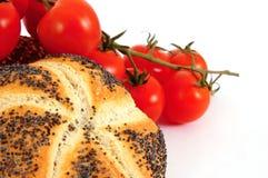 tomates fraîches de roulis de céréale Photo libre de droits