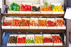 Tomates fraîches organiques de marché méditerranéen d'agriculteurs dans le port Image libre de droits