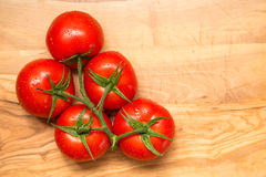 Tomates fraîches rouges sur le fond en bois Images stock