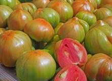 Tomates fraîches saines au marché photographie stock