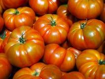 Tomates fraîches saines au marché photos stock