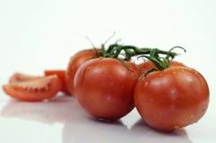 Tomates fraîches sur la vigne photos stock