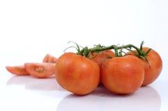 Tomates fraîches sur la vigne photo stock