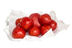 Tomates fraîches sur le fond vert de colza Image libre de droits
