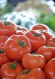 Tomates fraîches sur un marché Photos libres de droits