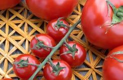Tomates fraîches sur un tapis de paille Image stock