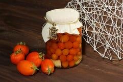 Tomates, fresco y conservado en vinagre Imágenes de archivo libres de regalías