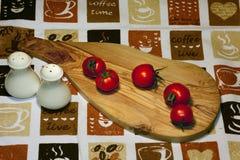Tomates frescos da cereja no fundo de superfície e brilhante de madeira da prancha fotos de stock royalty free