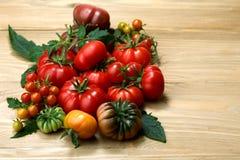 Tomates frescos da herança na tabela de madeira foto de stock royalty free