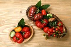 Tomates frescos da herança na tabela de madeira fotos de stock
