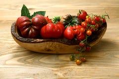 Tomates frescos da herança na tabela de madeira imagem de stock