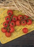 Tomates frescos de las uvas en un fondo de madera En un estilo rústico estación de verduras anuncio Verduras del Gard imagen de archivo libre de regalías