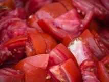 Tomates frescos del corte en un mercado al aire libre Imagenes de archivo
