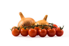 Tomates frescos e cebolas vermelhos isolados no branco Foto de Stock Royalty Free