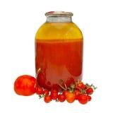 Tomates frescos e engarrafados no frasco imagem de stock