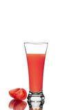 Tomates frescos e um vidro cheio do suco de tomate imagens de stock