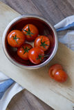 Tomates frescos em uma placa de desbastamento Imagens de Stock