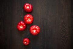 Tomates frescos em uma tabela de madeira Dieta saudável foto de stock