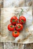 Tomates frescos en cocina sucia Imagenes de archivo