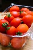 Tomates frescos en la tabla Fotografía de archivo
