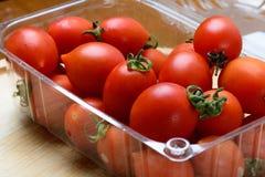 Tomates frescos en la tabla Foto de archivo