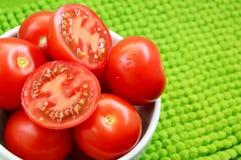 Tomates frescos en la taza, cierre para arriba Imagen de archivo libre de regalías