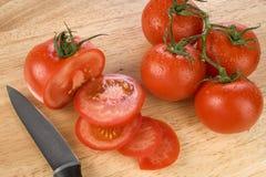 Tomates frescos en tajadera Fotos de archivo
